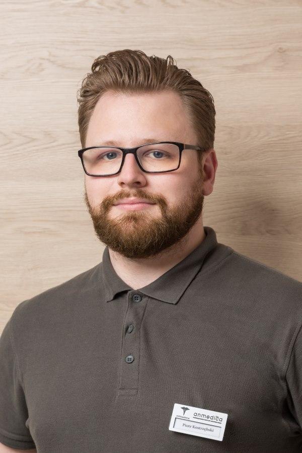 Piotr Kostrzębski to koordynator działu fizjoterapii, szkoleniowiec i rehabilitant w Poznaniu