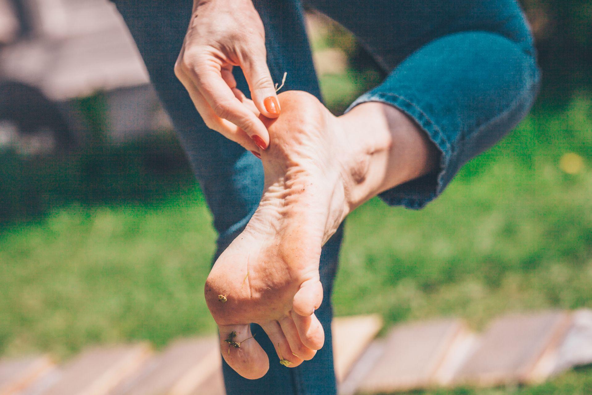 kobieta ogląda swoje stopy